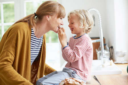 sit down: Joven, niño, alimentación, madre, dulce, convite LANG_EVOIMAGES