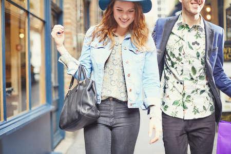 buen vivir: Vista recortada de compras con estilo par, Londres, Reino Unido