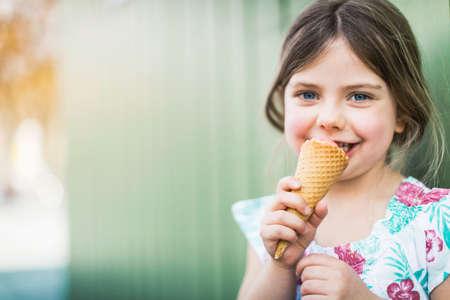 cremas faciales: Retrato de niña comer helado LANG_EVOIMAGES