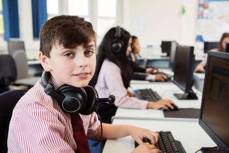 Estudiantes, usando, computadora, sala de clase LANG_EVOIMAGES