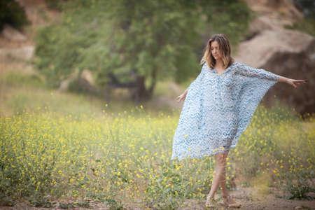 vestidos de epoca: Mujer bailando en el parque, Stoney Point, Topanga Canyon, Chatsworth, Los Ángeles, California, Estados Unidos LANG_EVOIMAGES