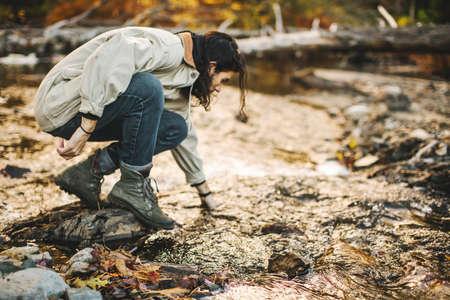 agachado: Young man, crouching down, exploring nature