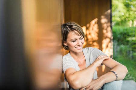 Reife Frau entspannt außerhalb Haus