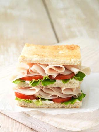 carnes y verduras: Wafer thin asado de pollo con tomate y ensalada deja en pan tostado blanco rebanado LANG_EVOIMAGES