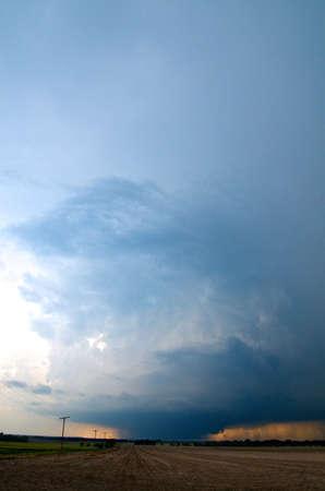 environmental issues: Wedge tornado as seen from a distance at Bennington, Kansas, USA, 28 May 2013