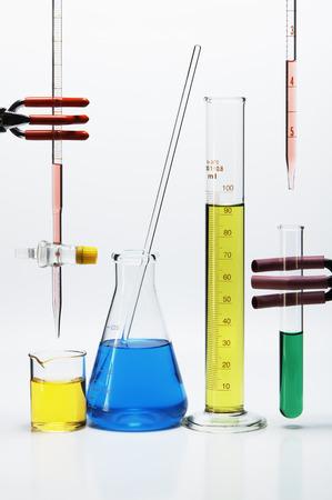 bureta: Cristalería de laboratorios químicos: bureta sobre vaso de precipitados, frasco Erlenmeyer con vástago de agitación, cilindro graduado, pipeta sobre tubo de ensayo LANG_EVOIMAGES