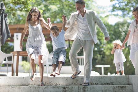 pantalones abajo: Padres, levantar, hijo, sobre, pasos