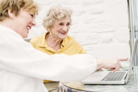 silver surfer: Senior woman and daughter looking at laptop