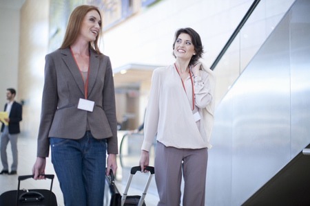 25 35: Two businesswoman arriving at conference centre LANG_EVOIMAGES