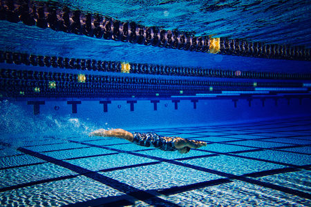 Swimmer underwater in pool LANG_EVOIMAGES