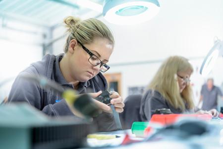 Apprenties ingénieures électriciennes en usine de finition de câbles