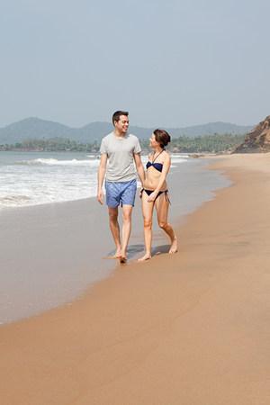 honeymooner: Couple walking by the ocean LANG_EVOIMAGES