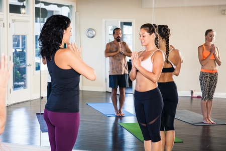 woman mirror: Group of people in yoga class LANG_EVOIMAGES