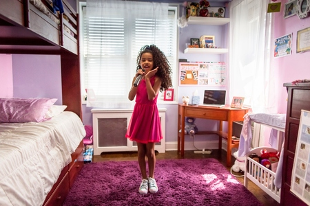 bunkbed: Girl in bedroom singing into microphone and dancing LANG_EVOIMAGES