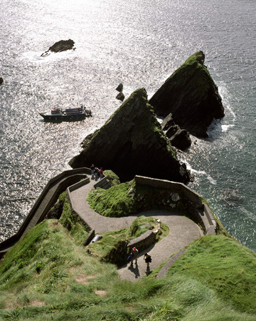 Winding way to Dunquin ferry LANG_EVOIMAGES