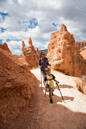 Mother and son, hiking the Queens GardenNavajo Canyon Loop in Bryce Canyon National Park, Utah, USA