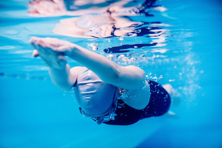 Underwater view of woman swimming LANG_EVOIMAGES
