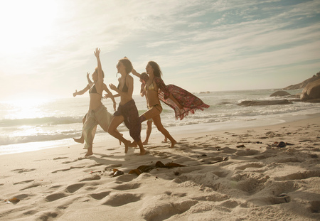 age 25 30 years: Group of friends running on beach