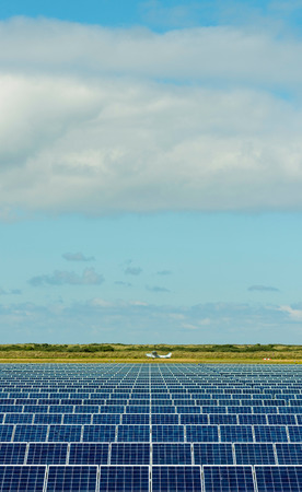 plan éloigné: Solar panels and airplane in airfield, Ballum, Friesland, Netherlands LANG_EVOIMAGES