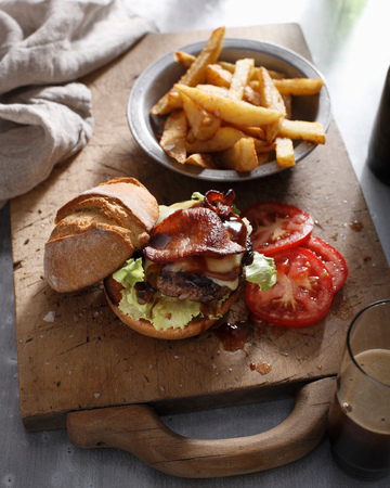 gastro: Burger with hand cut chips