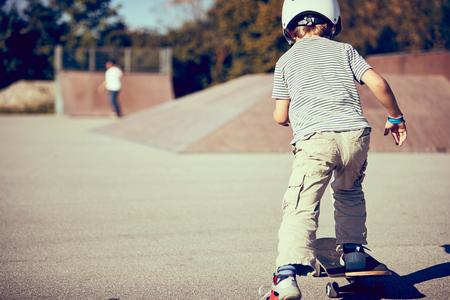 pantalones abajo: Boy skateboarding in park LANG_EVOIMAGES