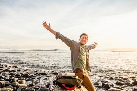 Portret szczęśliwy mężczyzna na plaży w Juan De Fuca prowincjonału parku, Vancouver wyspa, kolumbiowie brytyjska, Kanada