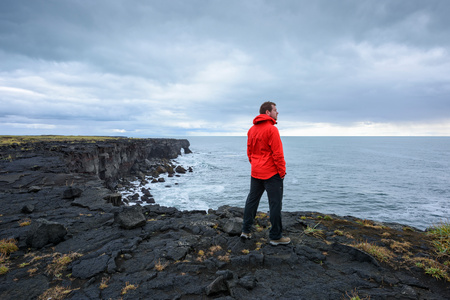 Mężczyzna cieszy się widok na clifftop, Reyjanes, Iceland LANG_EVOIMAGES