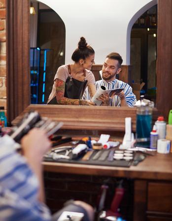 Odbicie lustrzane fryzjera pokazuje klienta magazyn