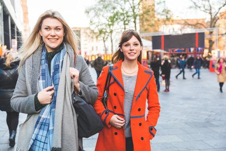 Dwie koleżanki spaceru ulicą