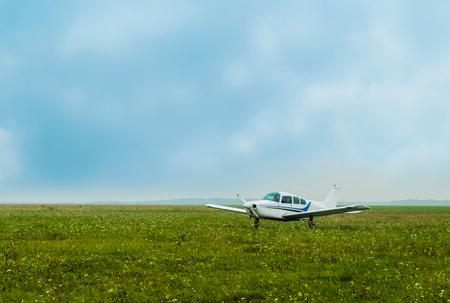 Lekki samolot latający zaparkowany na lotnisku LANG_EVOIMAGES