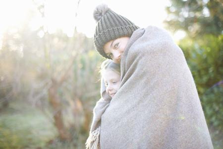 Siblings wrapped in blanket LANG_EVOIMAGES