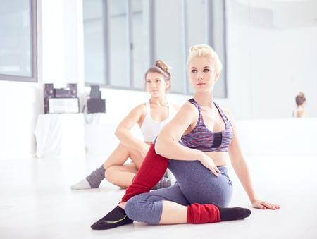 Młodzi żeńscy baletniczy tancerze ćwiczy na tana studia podłoga LANG_EVOIMAGES