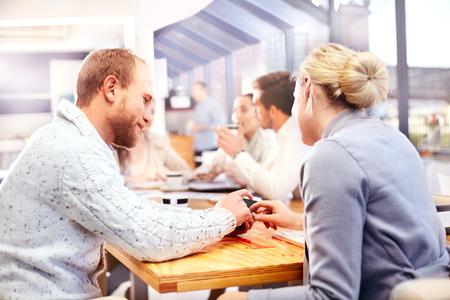 Geschäftsfrau und Mann mit Smartphone Touchscreen bei Office-Meeting