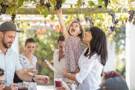 Matka i córka sięgające do winorośli LANG_EVOIMAGES