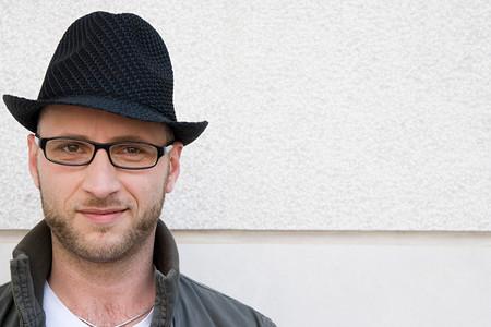 Człowiek w kapeluszu i okularach LANG_EVOIMAGES