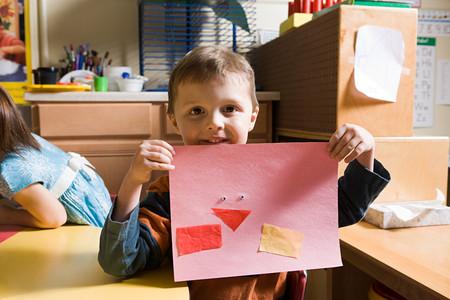 Chłopiec Pokazuje Ołówkowego rysunek LANG_EVOIMAGES