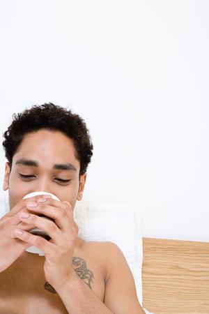 Młody człowiek picia herbaty