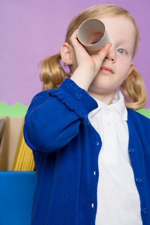 Dziewczyna Patrząc Przez Rolkę Toaletową