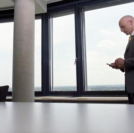 Businessman using palmtop LANG_EVOIMAGES