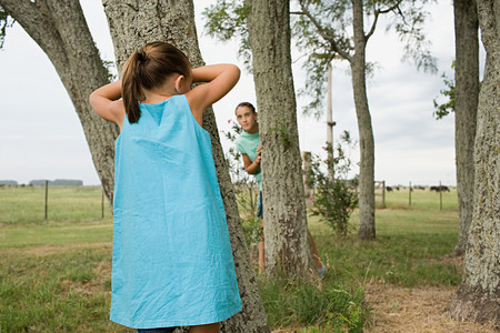 Girls playing hide and seek LANG_EVOIMAGES