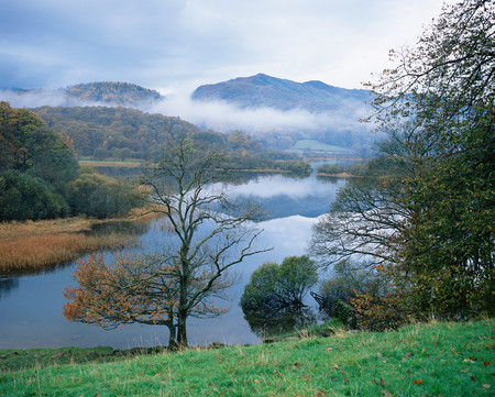 Mist over cumbrian lake LANG_EVOIMAGES