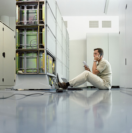 Technician working on server LANG_EVOIMAGES
