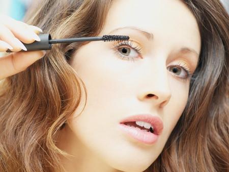 Woman applying mascara LANG_EVOIMAGES
