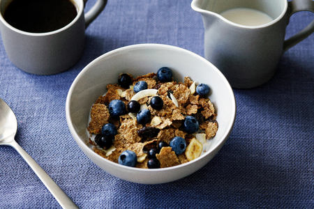 Cereal with berries, close-up LANG_EVOIMAGES