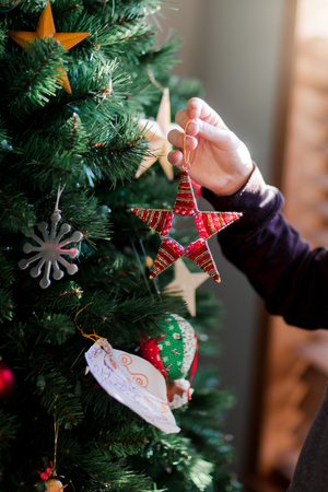 Child putting up Christmas decorations LANG_EVOIMAGES