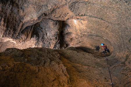 Man rock climbing, high angle view, Smith Rock State Park, Terrebonne, Oregon, United States LANG_EVOIMAGES