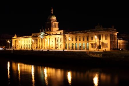 liffey: The historic Custom House on the river Liffey in Dublin city at night