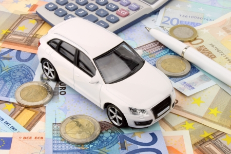 A luxury car finance metaphor in Euro money 版權商用圖片 - 22521810