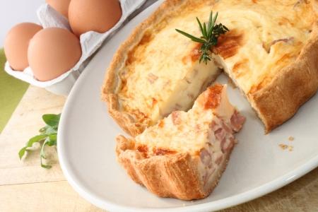 jamon y queso: A Quiche Lorraine servido en un plato
