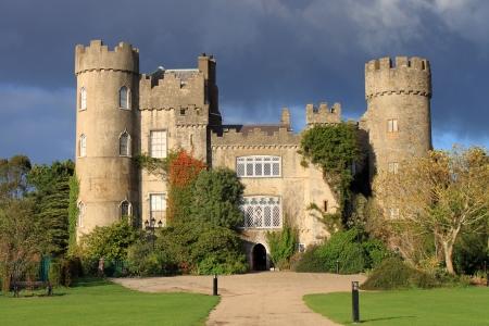 Lo storico Malahide Castle County Dublin, Irlanda Evidenziato con la luce Autunno chiara Archivio Fotografico - 24454060